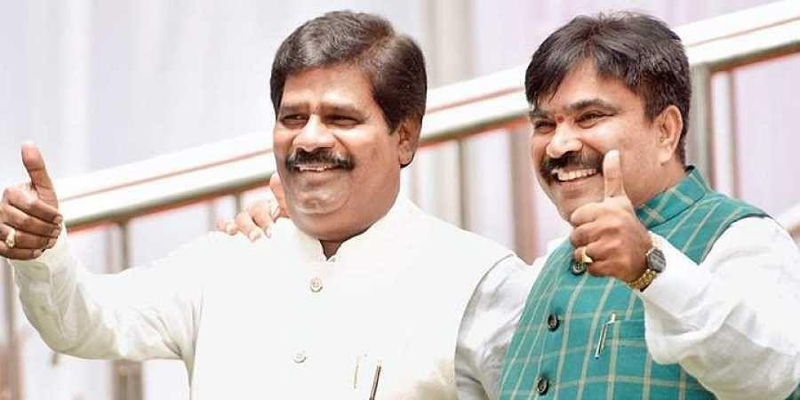Independent Karnataka MLAs H Nagesh and R Shankar. (Photo | EPS)