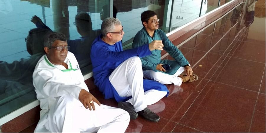 Derek O'Brien led TMC delegation sit on a dharna after they were stopped by police at Varanasi airport