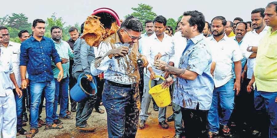 Maharashtra MLA Nitesh Narayan Rane and his supporters on 5 July 2019 allegedly threw mud on an engineer and tied him to a bridge near Mumbai-Goa highway in Kankavali. (Photo | PTI)