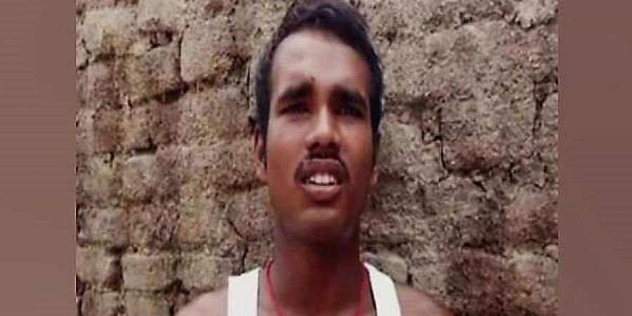 Fantoosh Kumar, brother of Roshan Kumar wants to wipe out Naxals to avenge his family's loss