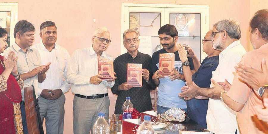 Prayag Shukla (centre and inset) at the launch of his anthology, Kala Ki Duniya Mein, with (right) editor Abhishek Kashyap at Press Club of India