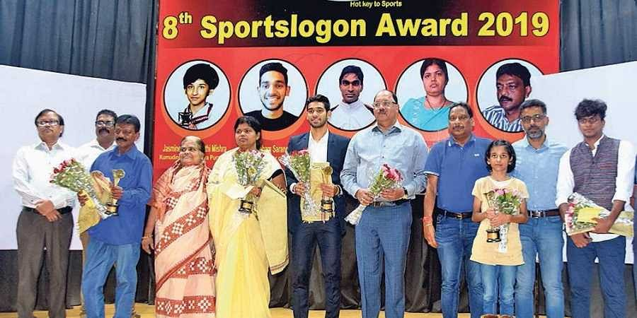 Awardees with the guests at 8th Sportslogon Award on Sunday