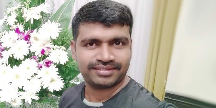 Shekhar, a flower decorator in Bengaluru