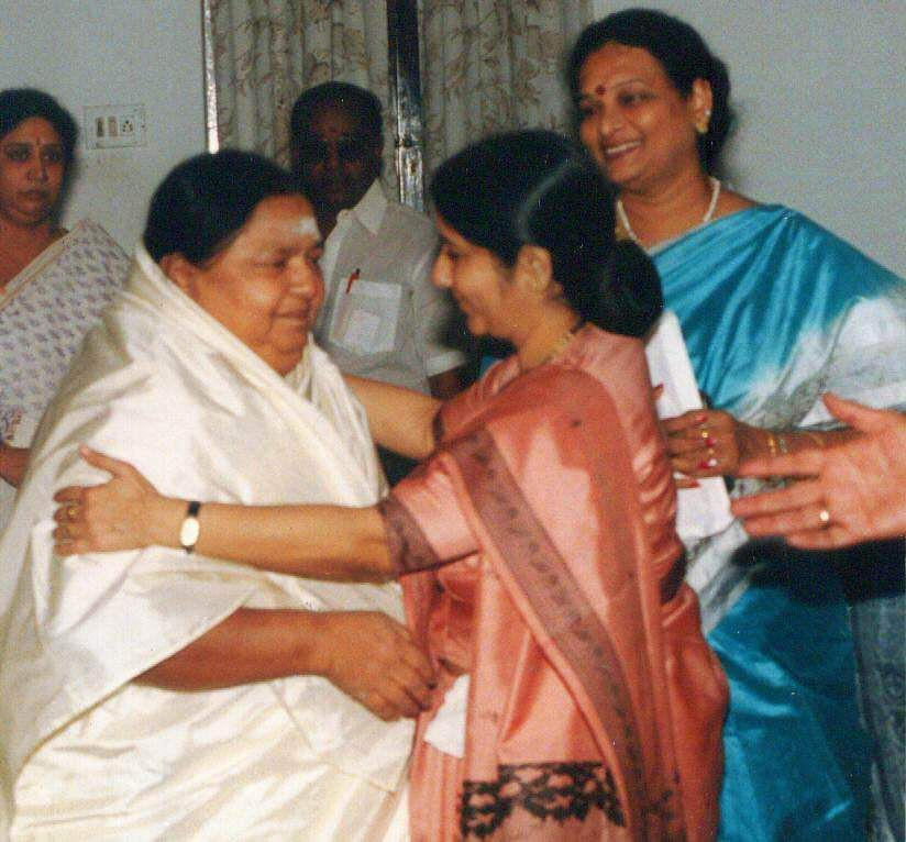 Former Union Minister Sushma Swaraj consoling Kamala, wife of Sivaji Ganesan