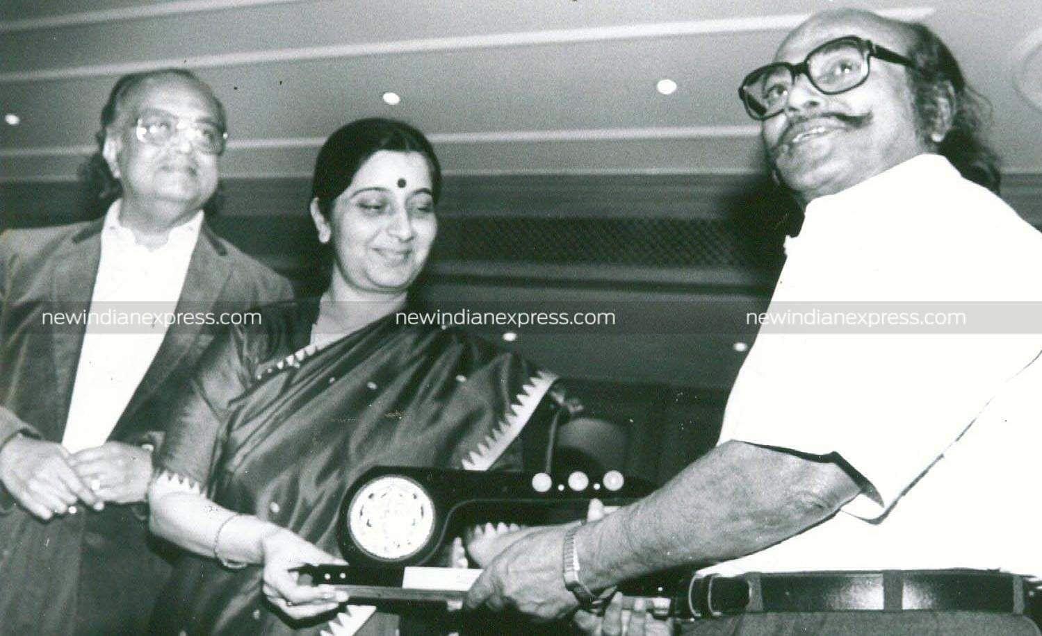 Writer Jayakanthan receiving an award from Sushma Swaraj.