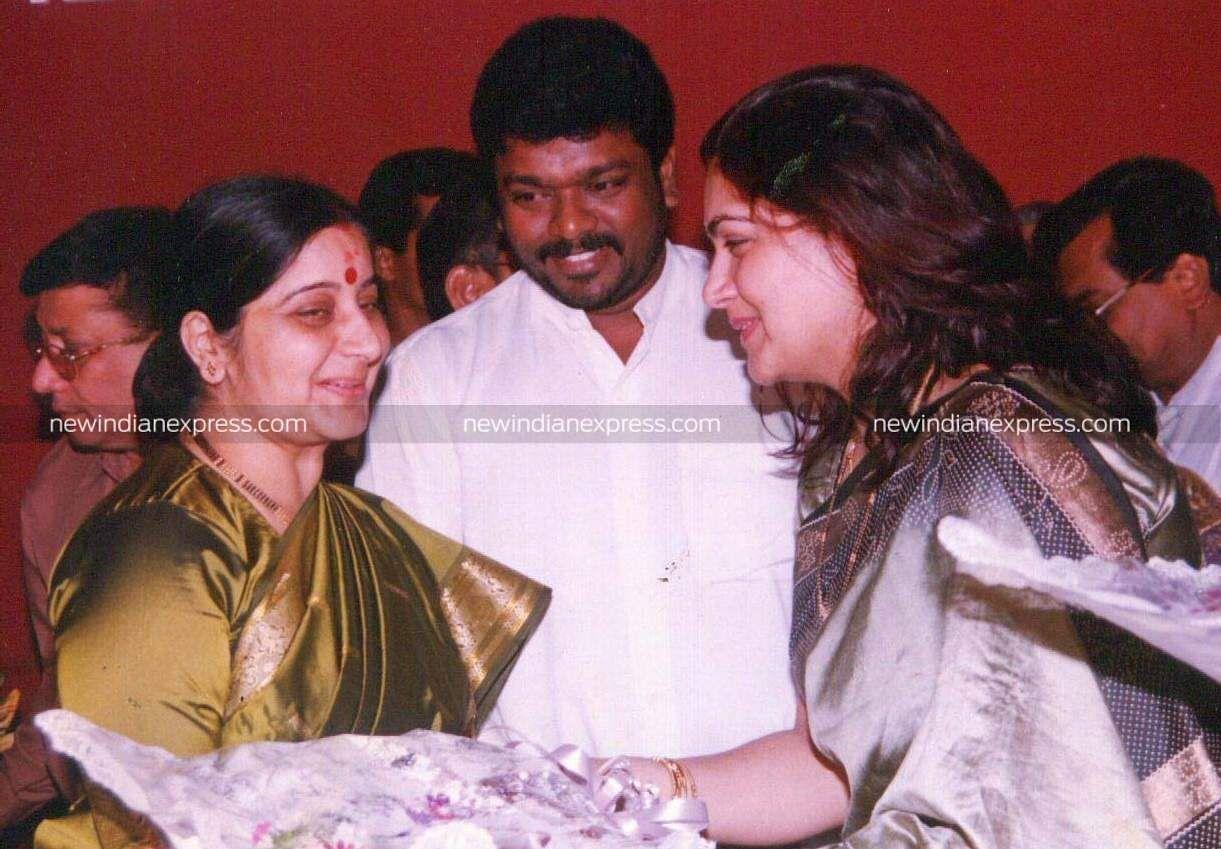 BJP leader Sushma Swaraj with Kollywood actors Parthiban and Kushbu.