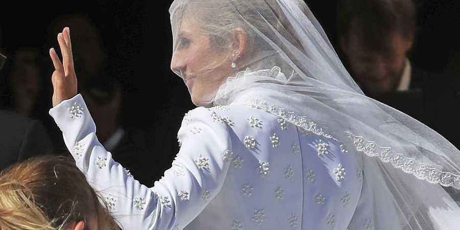 Goulding's wedding gown was made of silk double crepe and hand-embroidered with White Roses of York and embellished with white glass beads.