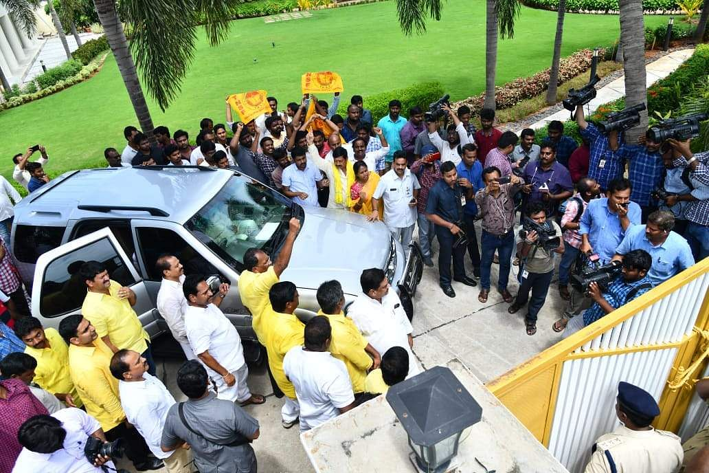 Police stopped Chandrababu Naidu during Chalo Atmakur programme by tying the gates of his house with ropes in Undavalli. (Photo | EPS)