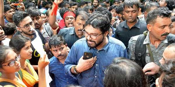Union Minister Babul Supriyo talks to agitating students of Jadavpur University. The BJP leader alleged they heckled him when he came to campus for an ABVP event on 19 September 2019. (Photo | Sayantan Ghosh, EPS)