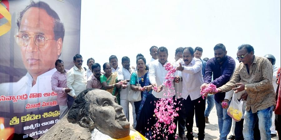 Expressing grief, Sand art of former Assembly Speaker Kodela Siva Prasada Rao was displayed by TDP leaders at the beach road in Visakhapatnam on Tuesday. | (G satyanarayana | EPS)
