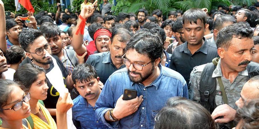 BabulSupriyo-Jadavpur_University-Heckled