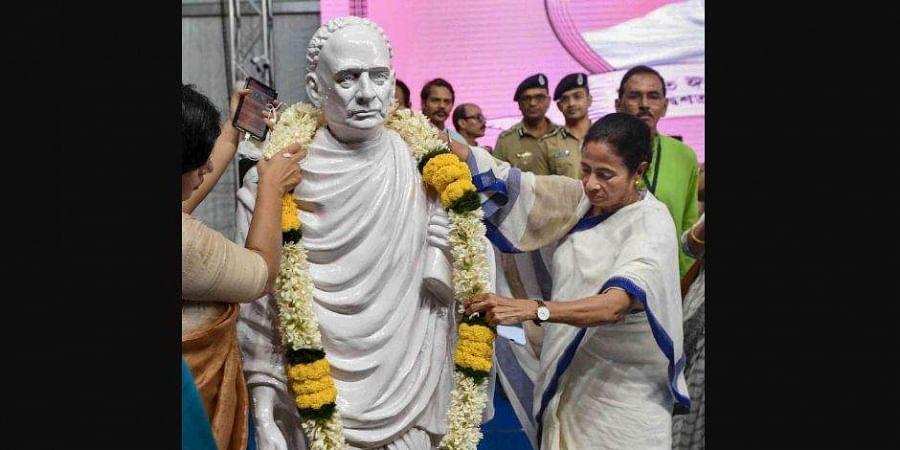 Earlier, West Bengal CM Mamata Banerjee garlanding a statue of Vidyasagar. (Photo| PTI)
