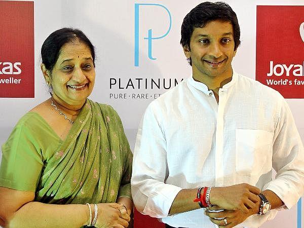 Sheela Karthikeyan mother of Narain Karthikeyan gifted platinum bracelet to her son at the Joyalukkas.