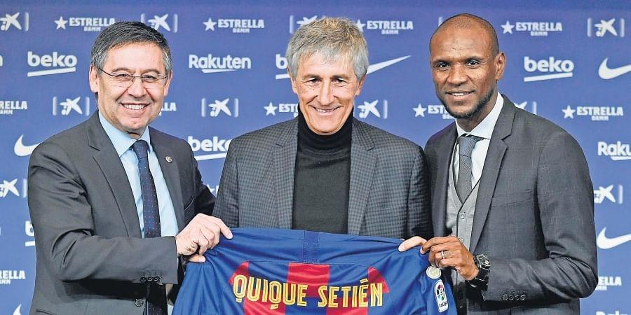 Barcelona president Josep Maria Bartomeu (L), football director Eric Abidal (R) pose with new coach Quique Setien.