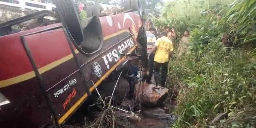 Khaskhabar/Odisha:कालाहांडी जिले के कोकसारा इलाके के पास रविवार रात को एक प्राइवेट बस के पलटने से 40 लोग घायल हो गए। घायलों को स्थानीय अस्पताल