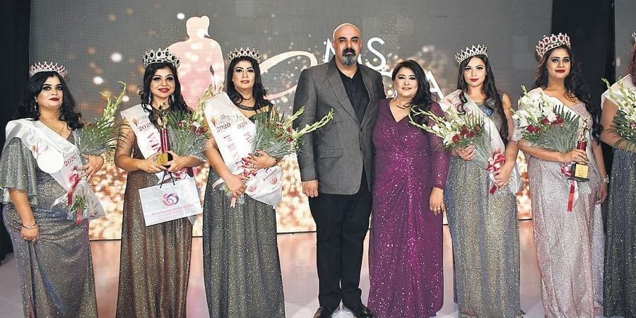 Barkha Nangia (centre) strikes a pose with the judges and finalists at the pageant.