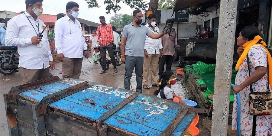The public health department officials of Vijayawada Municipal Corporation VMC have seized 100 kgs in putrid condition in Ramalingeswara Nagar
