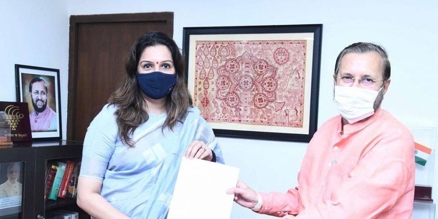 Shiv Sena MP Priyanka Chaturvedi with Union Minister Prakash Javadekar (Photo | Priyanka Chaturvedi, Twitter)