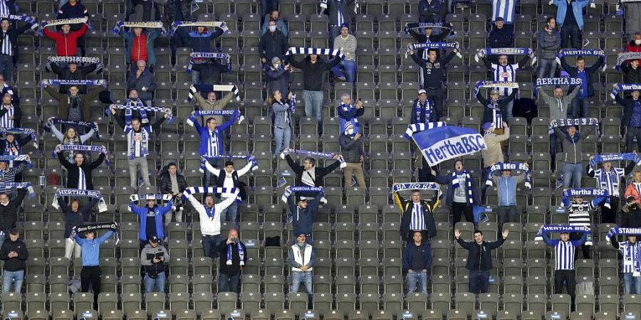 Supporters sing the team's anthem prior to the German Bundesliga soccer match between Hertha BSC Berlin and Eintracht Frankfurt in Berlin, Germany, Friday, Sept. 25, 2020.