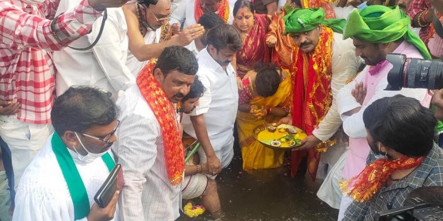 Mayor Bonthu Rammohan offers special prayers o flooded Musi river in Hyderabad on Wednesday