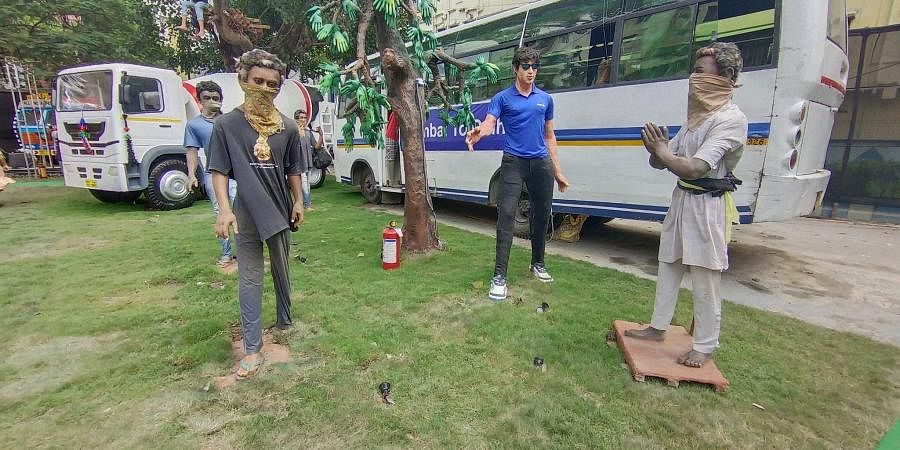 Life-size statue of Sonu Sood at a Kolkata Durga Puja pandal (Photo | Twitter)