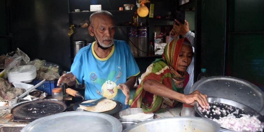 Kanta Prasad serving the crowds.
