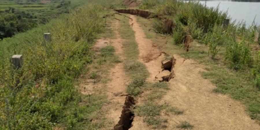 Cracks on the Singasamudaram Cheruvu bund
