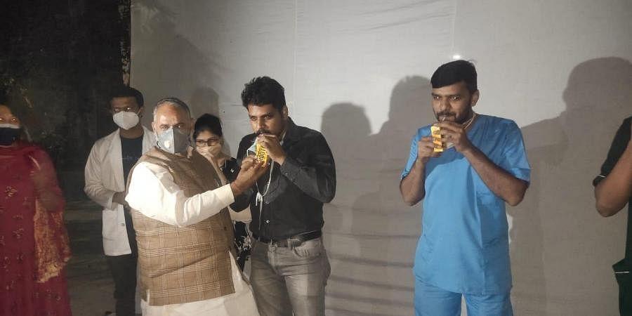 North MCD Mayor Jai Prakash offers juice to doctors of Hindu Rao hospital who were on hunger strike. (Photo|EPS)