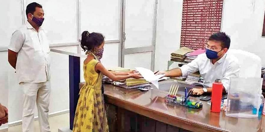 Sushree submitting her complaint to Kendrapara Collector Samarth Verma