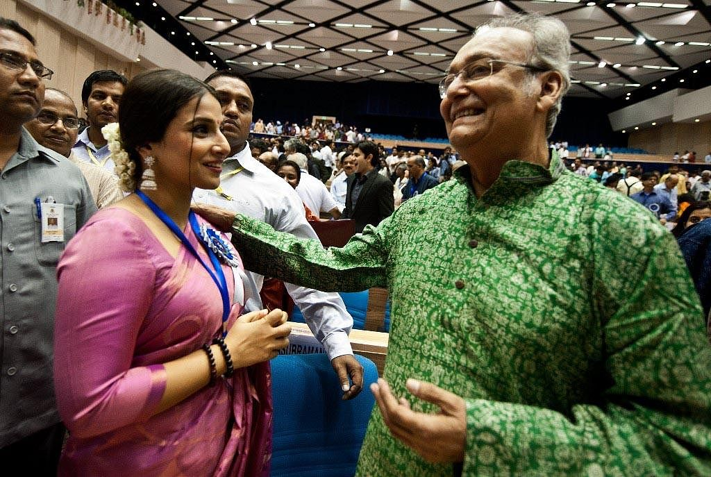 Bollywood Actress Vidya Balan (L) talks with Soumitra Chatterjee during the 59th National Film Award in New Delhi on May 3, 2012. (Photo   AFP)