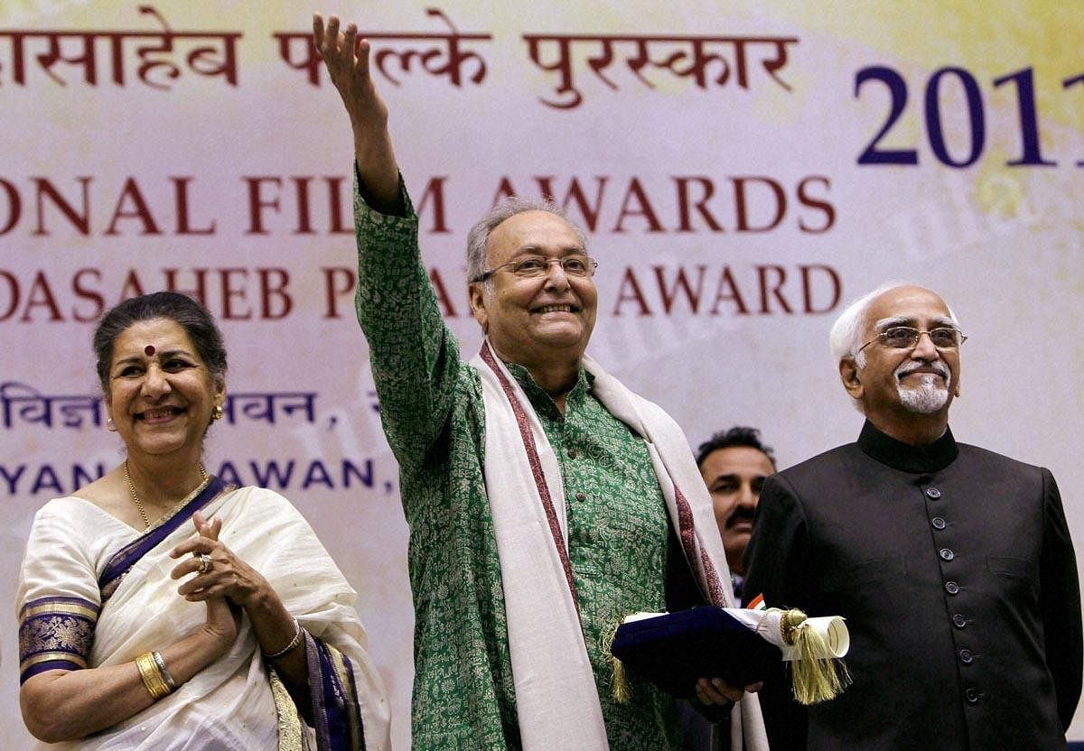 Soumitra Chatterjee gestures after receiving the Dadasaheb Phalke Award from Vice President Hamid Ansari (R) at the 59th National Film Awards 2011 function in New Delhi. Information and Broadcasting Minister Ambika Soni is also seen. (Photo   PTI)