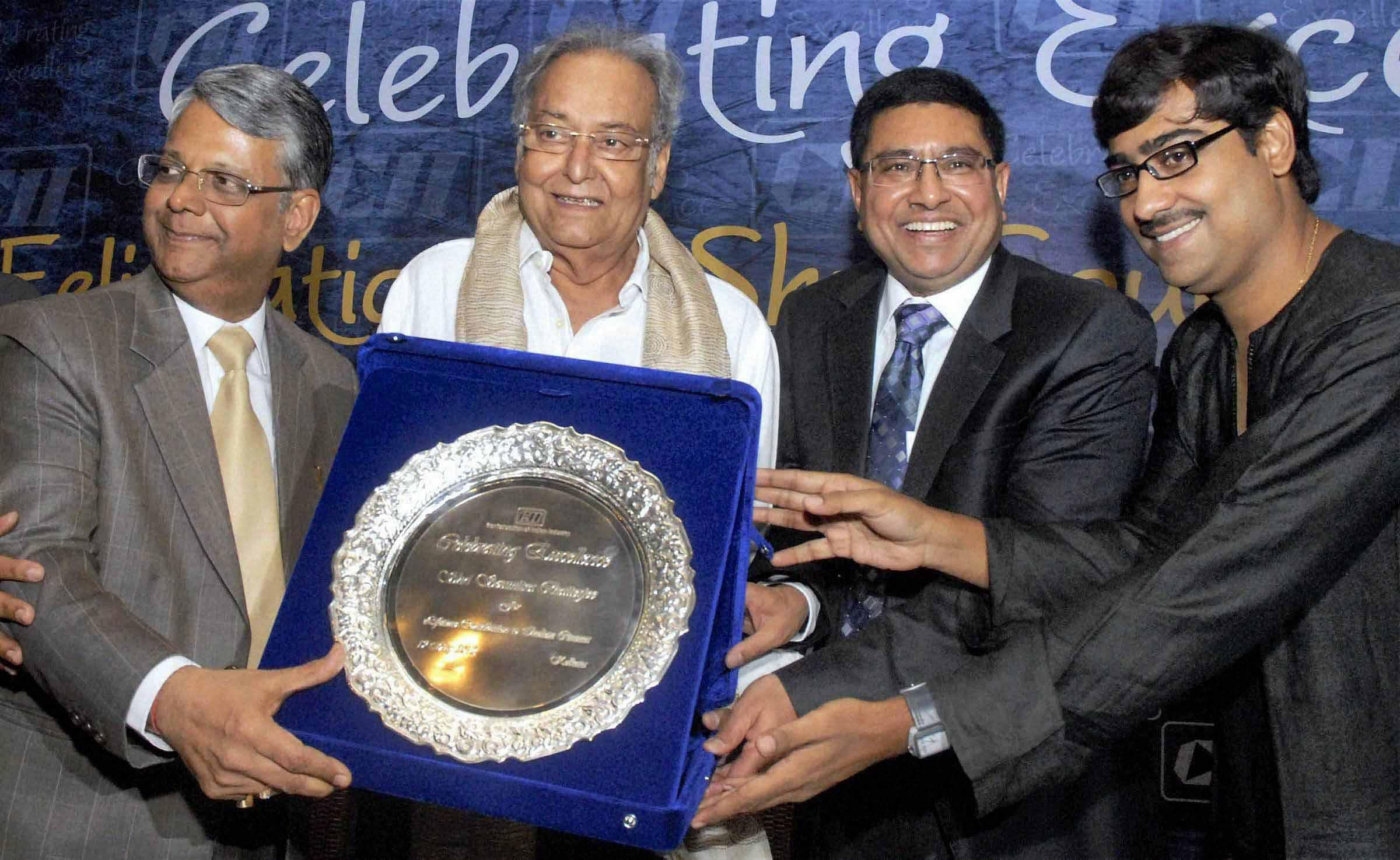 Soumitra Chatterjee being felicitated by R K Agarwal, Confederation of Indian Industry Chairman, Sanjay Budhia, Eastern Region and Kaushik Sen, Patton International limited Managing Director and noted theater actor for his contribution to the Indian cinema and theater in Kolkata. (Photo   PTI)