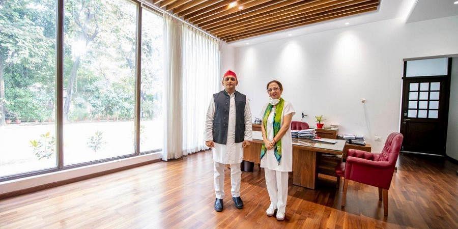 Annu Tandon with Akhilesh Yadav. (Photo|Twitter)
