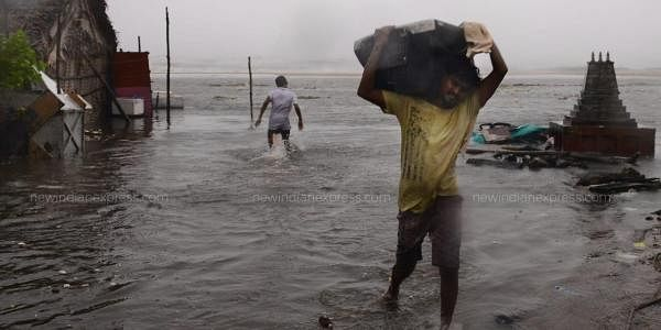 People are seen vacating their houses after sea water enters Srinivasapuram Village. (Photo| EPS/ Debdatta Mallick)