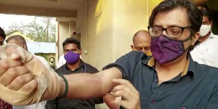 Republic TV editor-in-chief Arnab Goswami shows injury marks at Alibaug court near Mumbai