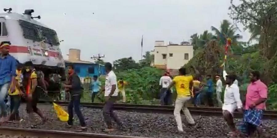 PMK cadres throw stones and create a ruckus in front of Chennai-boundAnanthapuri Express