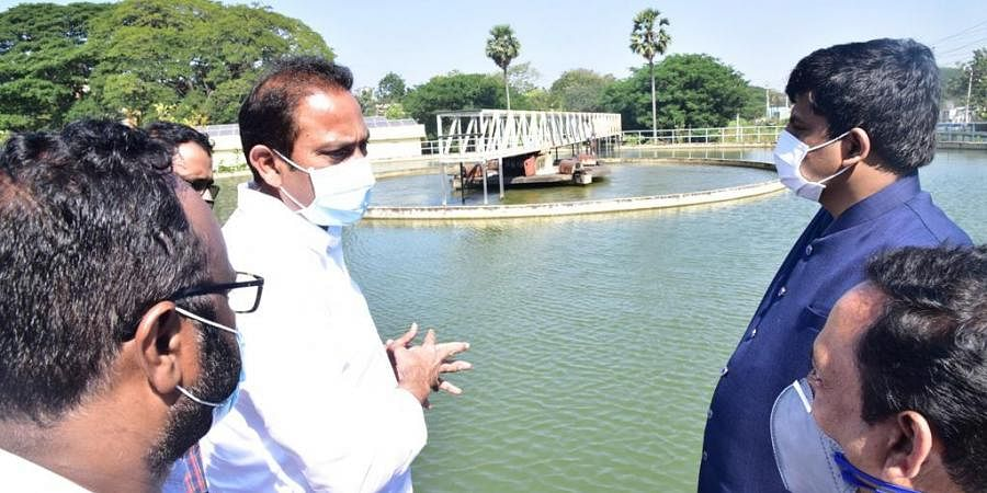 Deputy Chief Minister (Health) Alla Kali Krishna Srinivas (Nani) inspects Pampula Cheruvu in Eluru on Wednesday. (Photo | EPS)