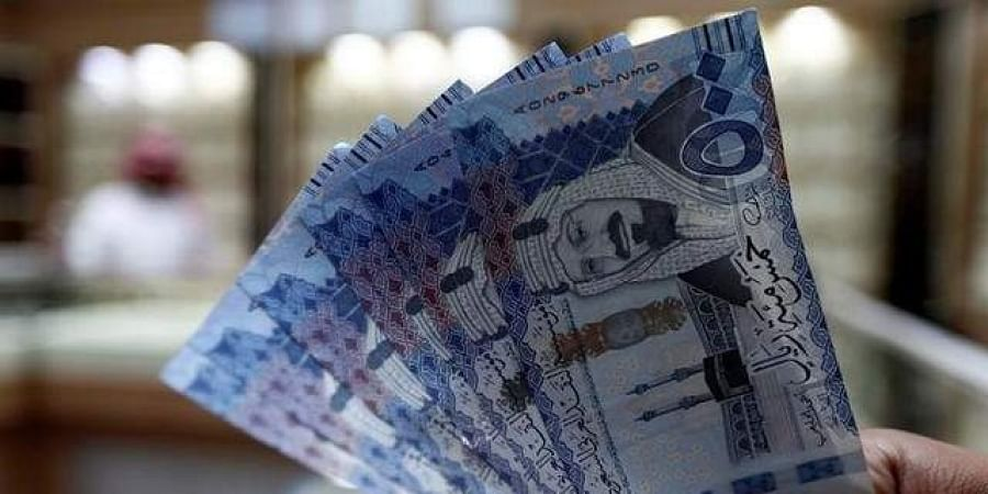 A Saudi money changer displays Saudi Riyal banknotes at a currency exchange shop in Riyadh, Saudi Arabia July 27, 2017.