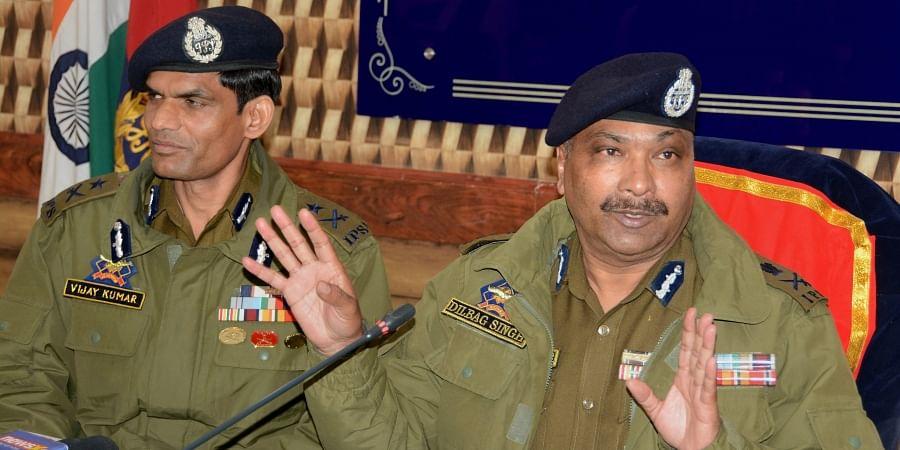 Jammu & Kashmir DGP Dilbagh Singh (R) along with IG Vijay Kumar addresses a press conference regarding the killing of top three Hizbul Mujahideen Commanders