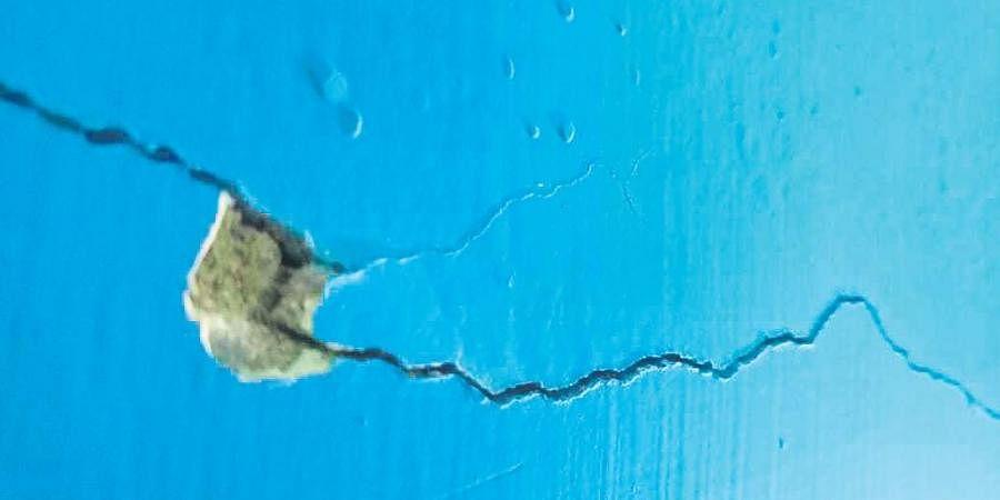 wall crack, crack