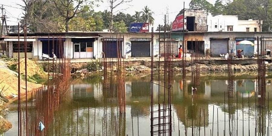 1,000-seater town hall near Jhasketan Sahu Swimming Complex at Mudipada has come to a halt since the last three months due to delay in demolition of the market complex building existing on the land.
