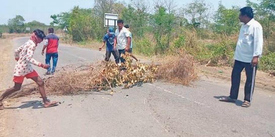 Locals block borders of villages at Veerulapadu mandal in Krishna district