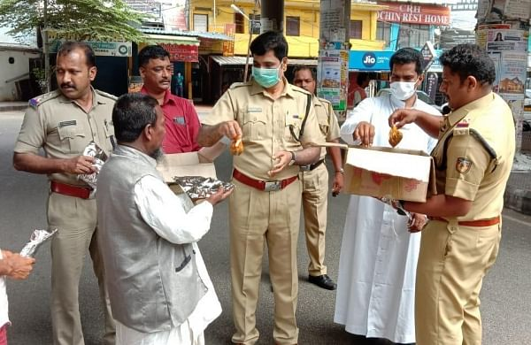 Cops deliver food packets to destitute caught in lockdown