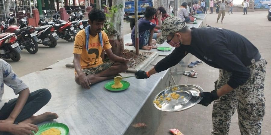 Assam police feeds the homeless  amid lockdown. (Photo| EPS)