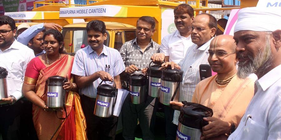 CS Somesh Kumar and Mayor Bonthu Rammohan launch the Annapurna mobile canteen in Hyderabad