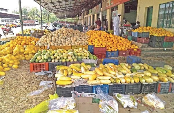 Fruits rot, farmers and traders in the rut