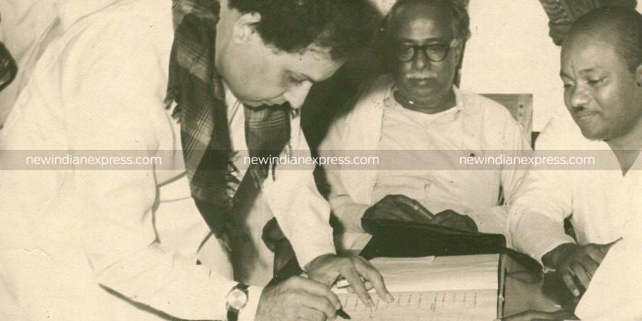 MGR signing a register in the presence of then Tamil Nadu CM Annadurai. (File Photo | EPS)
