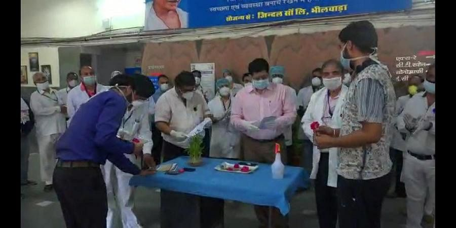 On the 9th day of maha-curfew in Bhilwara, District Collector Rajendra Bhatt and MGH Hospital Officer, Dr.Arun Goud gave them roses and bid them a warm goodbye.
