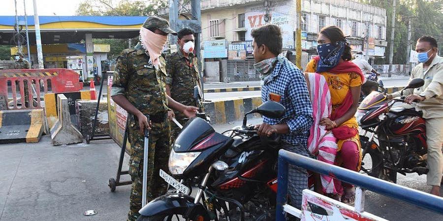 Andhra Pradesh Guntur urban police questioning public moving in Guntur city even during complete lockdown of Guntur district on Sunday