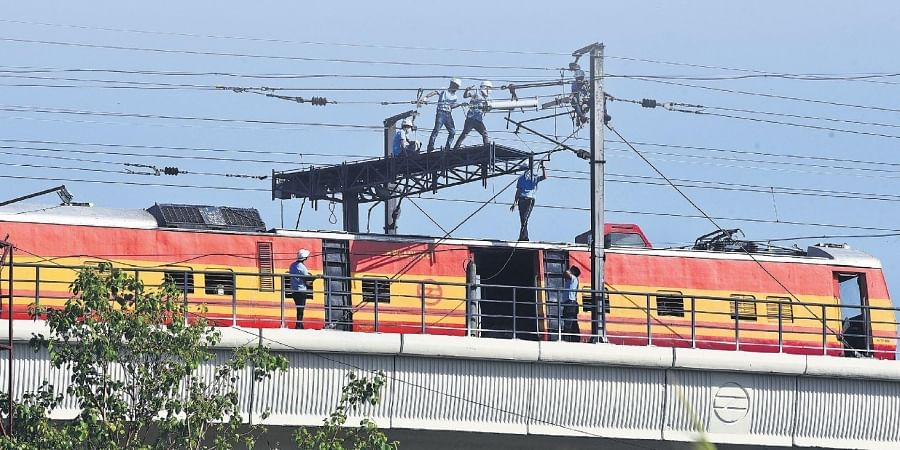 A DMRC teams carries out a maintenance work on a stretch.